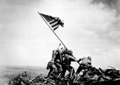 Foto Pengibaran Bendera di Iwo Jima