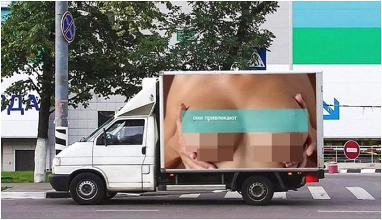 Iklan Berfoto Payudara di Sisi Truk di Moskow, Rusia