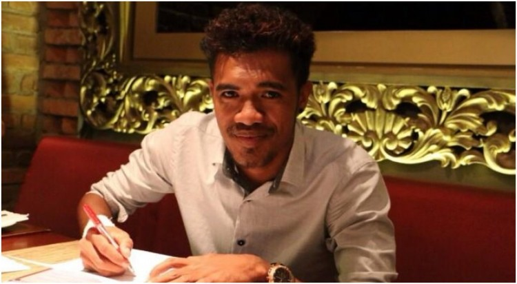 Alfin Tuasalamony saat menandatangani kontrak dengan Persija