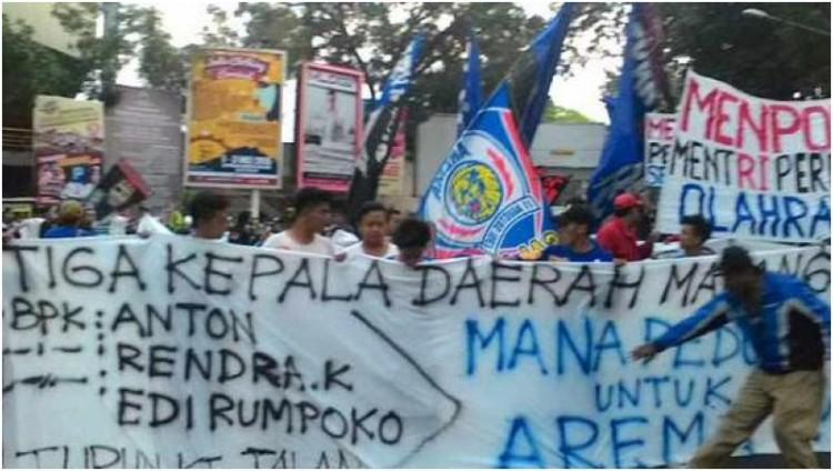 Demo puluhan Aremania menuntut BOPI mengakui Arema Indonesia