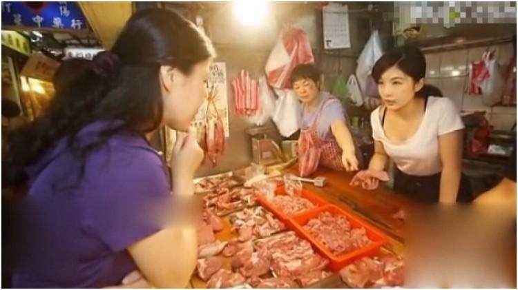 Zhang Caijie saat melayani pembeli
