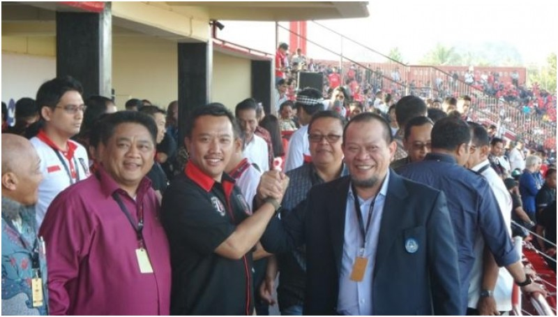 Jabat Tangan di Piala Presiden, Menpora dan La Nyalla Berdamai?