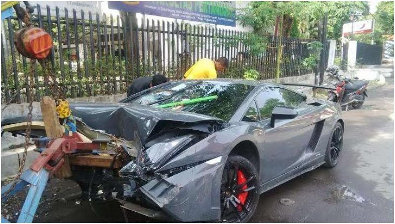 Kemudikan Lamborghini, Wiyang Lautner Tabrak Warung STMJ di Surabaya