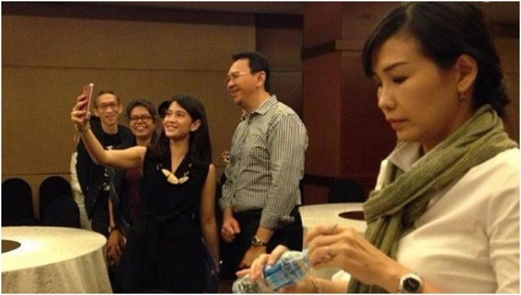 Ahok dan Dian Sastro saat Veronica Tan membuka botol minuman