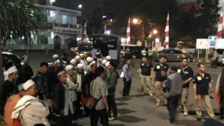 Aksi sweeping FPI di Kafe Camden, Kebayoran Baru, Jaksel
