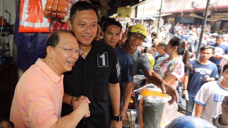 Agus Yudhoyono menyapa warga saat gerilya
