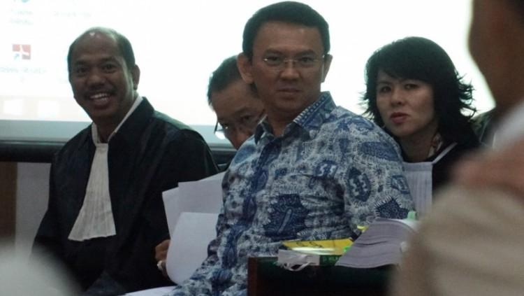 Ahok bersama pengacaranya mendengarkan keterangan saksi