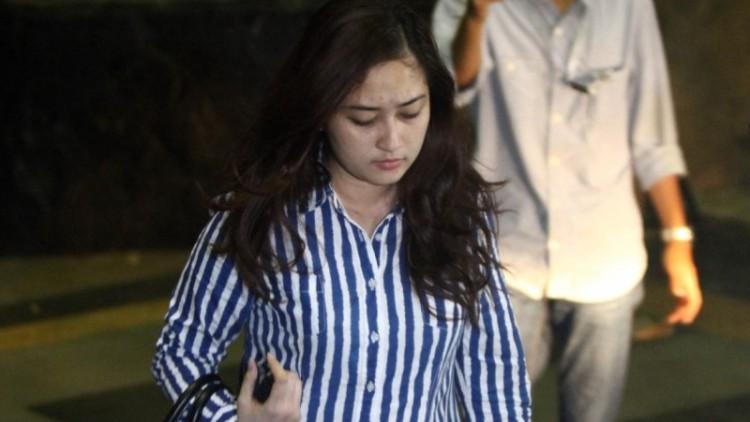Anggita Eka Putri keluar dari Gedung KPK