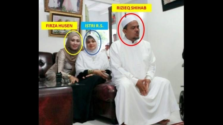 Firza Husein bersama Rizieq dan istrinya