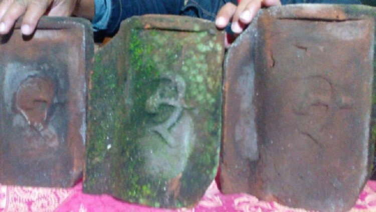 Genteng berlogo mirip palu-arit yang ditemukan di Lumajang