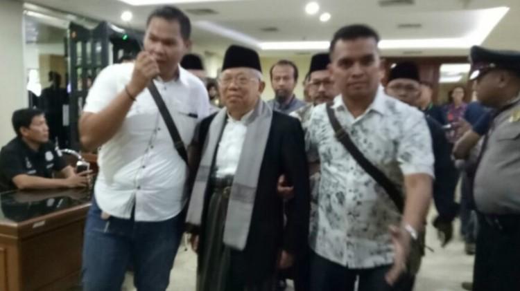 KH Ma'ruf Amin dikawal menuju ruang sidang kasus Ahok