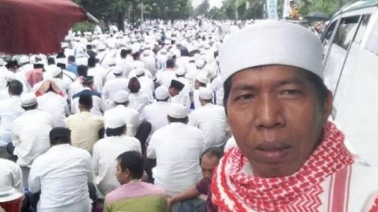 Kiwil selfie dengan latar aksi bela Islam
