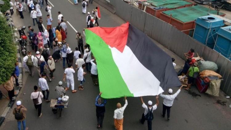 Massa bawa bendera Palestina dalam aksi 212
