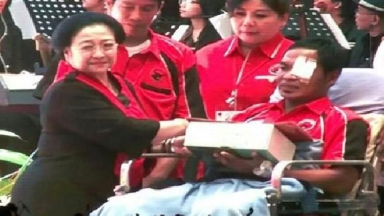 Megawati Soekarno memberi penghargaan kepada Widodo