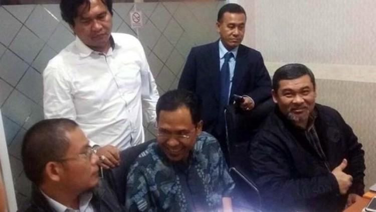 Munarman (tengah) diperiksa Polda Bali
