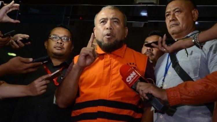 Patrialis Akbar mengenakan rompi oranye KPK