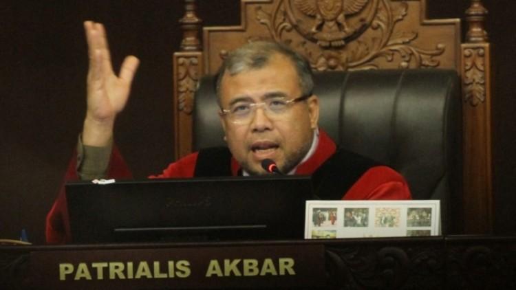 Patrialis Akbar saat memimpin sidang di MK