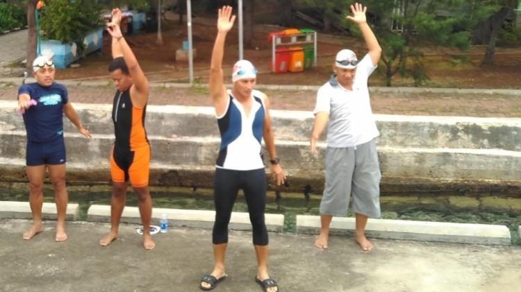 Sandiaga Uno melakukan pemanasan sebelum berenang