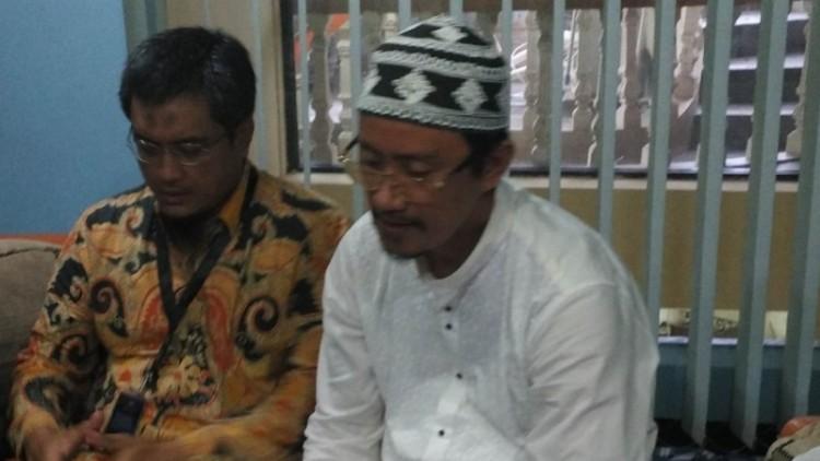 Tampang Baharuzaman (koko putih) yang melaporkan Megawati