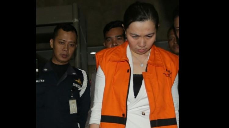 Tersangka NG Feny keluar dari gedung KPK memakai rompi tahanan