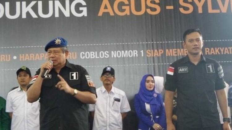 Agus Harimurti dan SBY berorasi di depan relawan