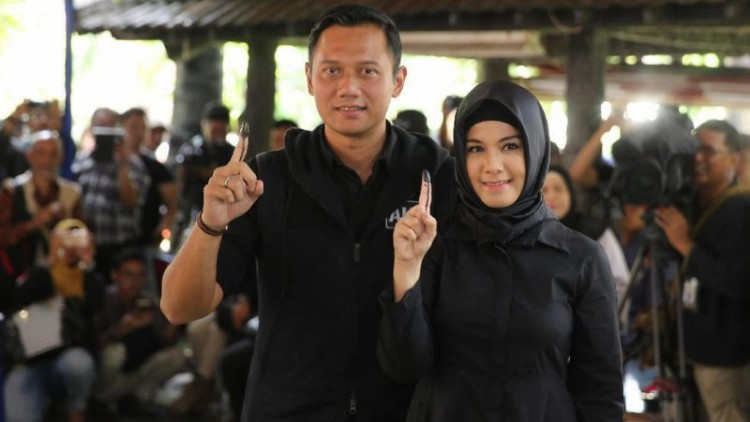 Agus Yudhoyono dan Anissa Pohan usai nyoblos di Kebayoran Baru