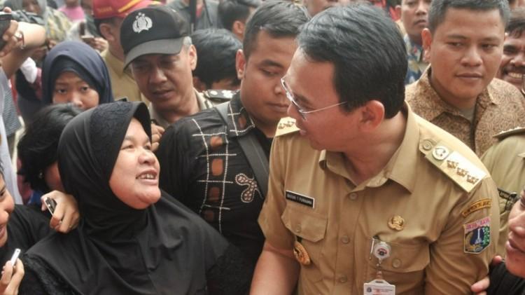 Ahok berbicara dengan warga saat mengecek wilayah Bukit Duri