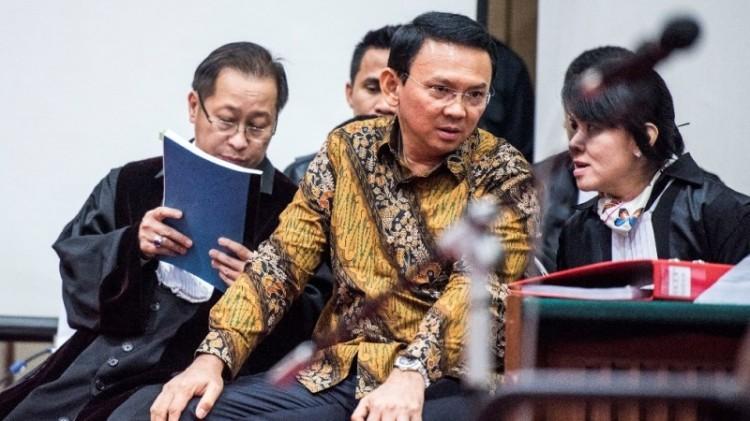 Ahok bersama pengacaranya dalam sidang kasus penodaan agama