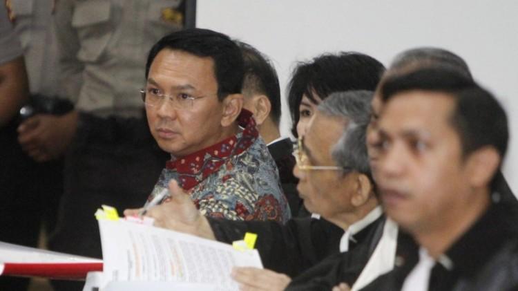 Ahok bersama tim pengacara di sidang ke-9 kasus penistaan agama