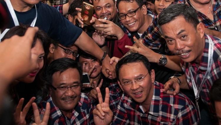Ahok dan Djarot berpose salam 2 jari di Rumah Lembang