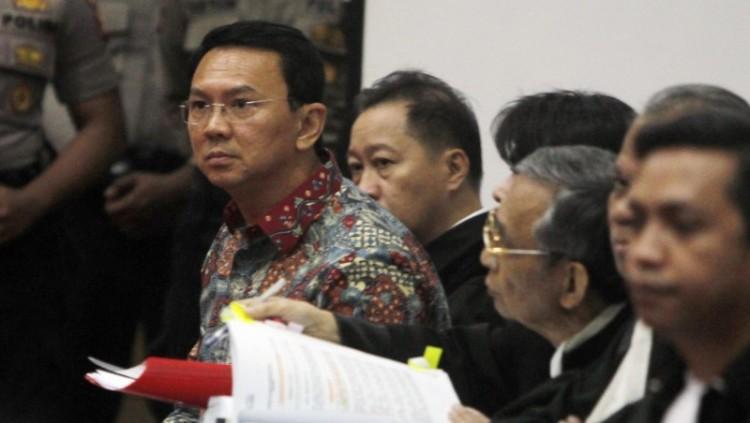 Ahok dan tim kuasa hukum mendengarkan keterangan saksi di sidang ke-9