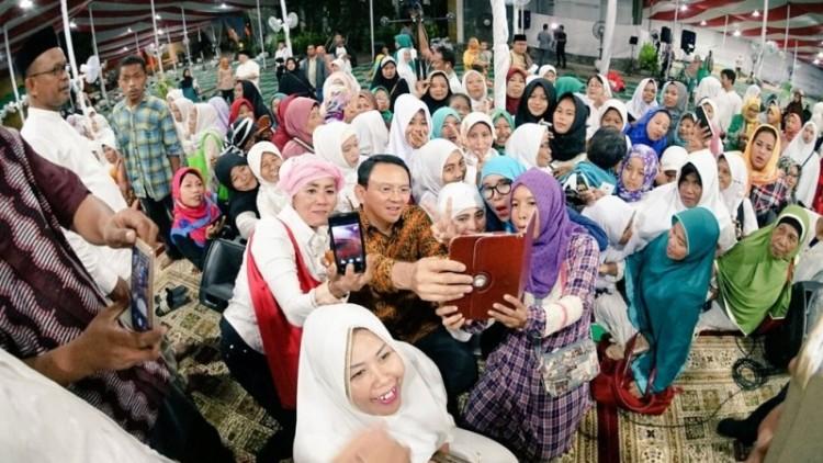 Ahok selfie dengan ibu-ibu saat istigasah NU