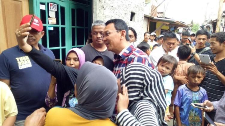 Ahok selfie dengan warga Kalideres saat blusukan