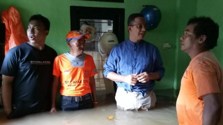 Anies memasuki rumah warga yang terkena banjir di Rawa Jati