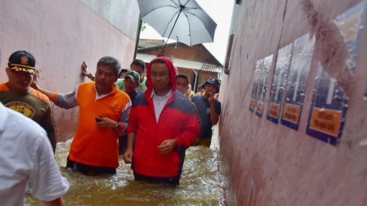 Anies nyemplung di banjir Cipinang Melayu