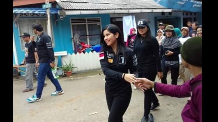 Anissa Pohan mlengos saat menyalami warga