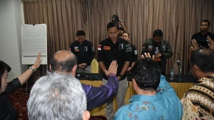 Ekspresi Agus Yudhoyono saat didoakan pendeta di Hotel Oasis