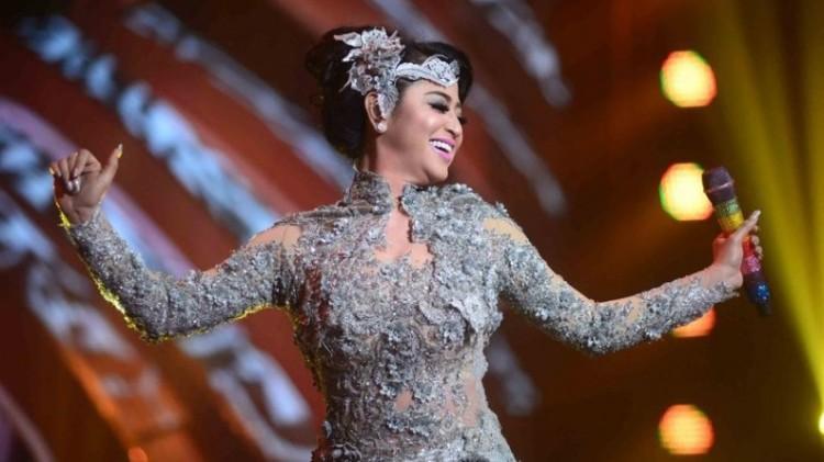Gaya seksi Dewi Perssik saat manggung
