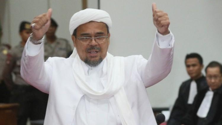 Habib Rizieq mengacungkan 2 jempol sebelum bersaksi