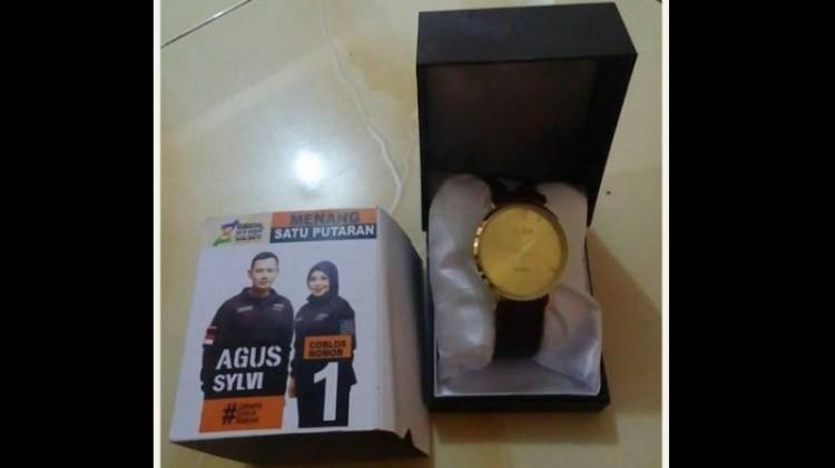 Jam tangan yang dibagikan saat kampanye Agus-Sylvi