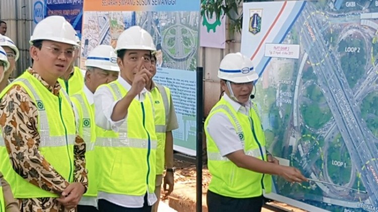 Jokowi meninjau pembangunan Simpang Susun Semanggi
