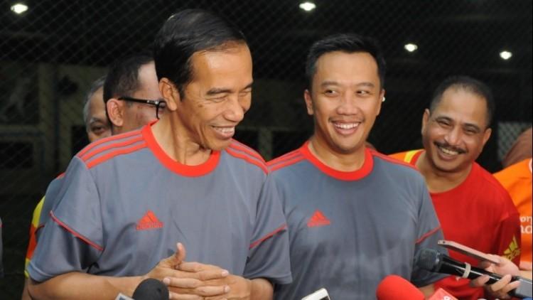 Jokowi tertawa menjawab pertanyaan wartawan