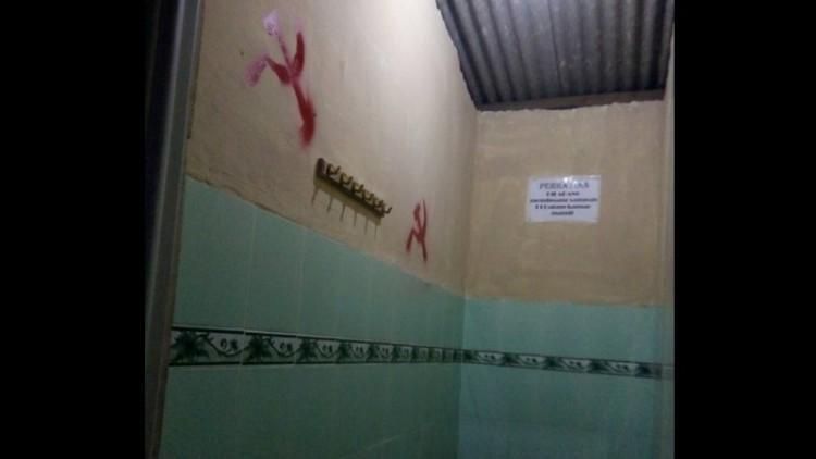 Lambang palu arit di tembok toilet Masjid Al-Ikhlas, Pamekasan