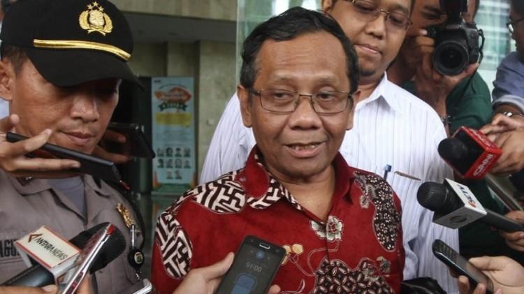 Mahfud MD beri pernyataan ke wartawan di Gedung KPK