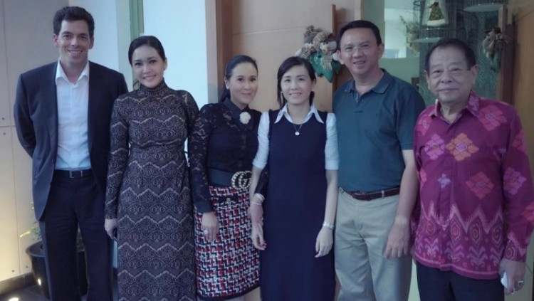 Maia Estianty berfoto bersama Ahok dan istrinya