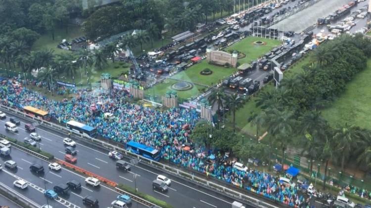 Massa aksi 212 jilid II berkumpul di depan gerbang DPR RI
