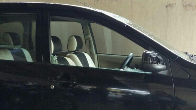 Mobil driver Go-Car yang kacanya pecah
