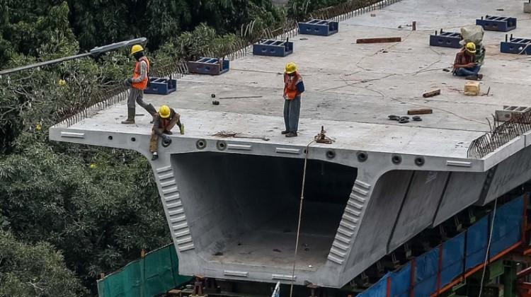 Pekerja menyelesaikan proyek jalan layang Simpang Susun Semanggi