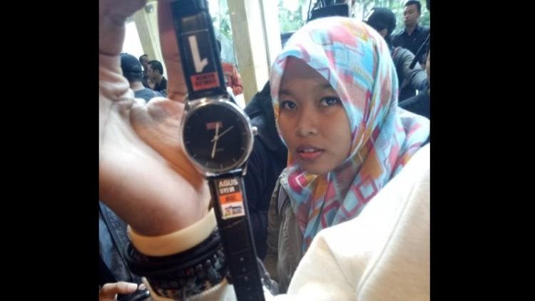 Penampakan jam tangan berlogo Agus-Sylvi