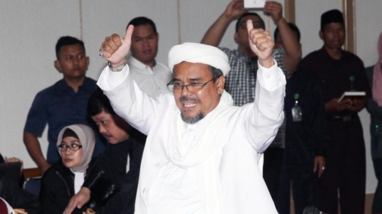 Rizieq Shihab mengacungkan dua jempol saat bersaksi di Sidang Ahok